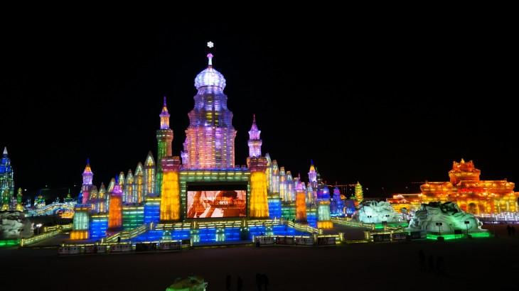 grandes estructuras creadas con hielo iluminadas con luces de colores