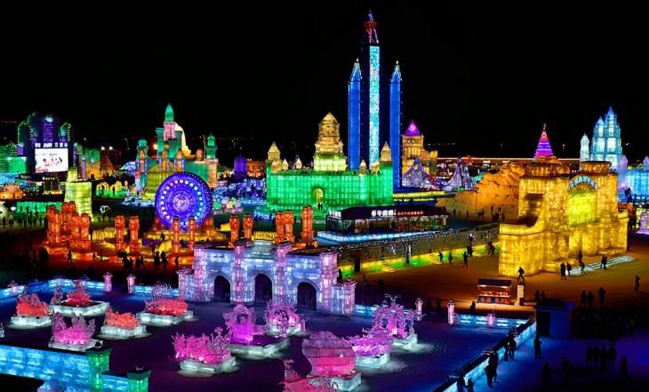 ciudad hecha de hielo e iluminada con luces de colores
