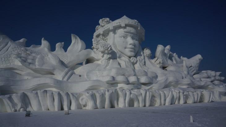 escultura enorme hecha de hielo