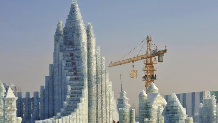 grúa cargando bloques de hielo para crear una estructura de hielo