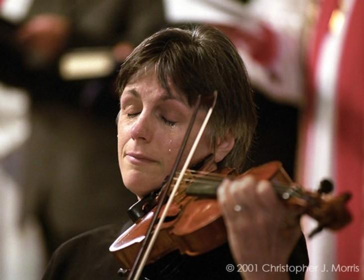 violinista llorando mientras emite una melodía