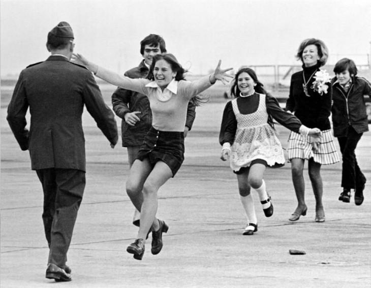 mujer corriendo a los brazos de su padre