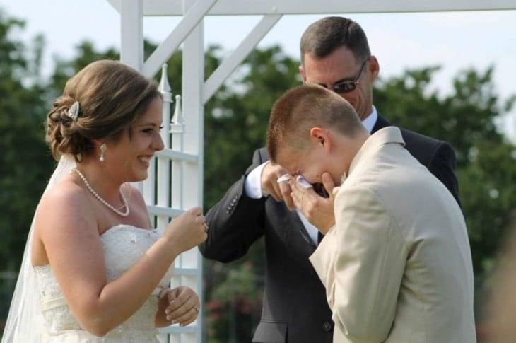 hombre llorando junto a su esposa el día de su boda