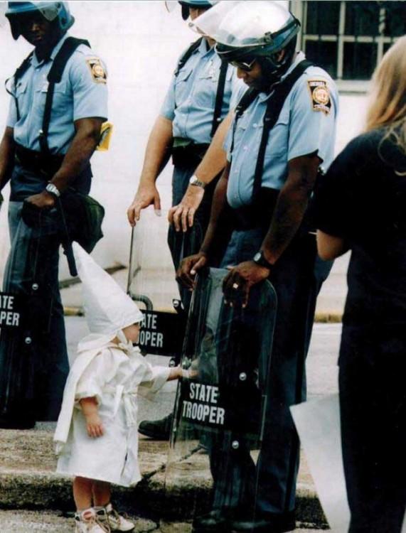 niño tocando su reflejo frente a un policía
