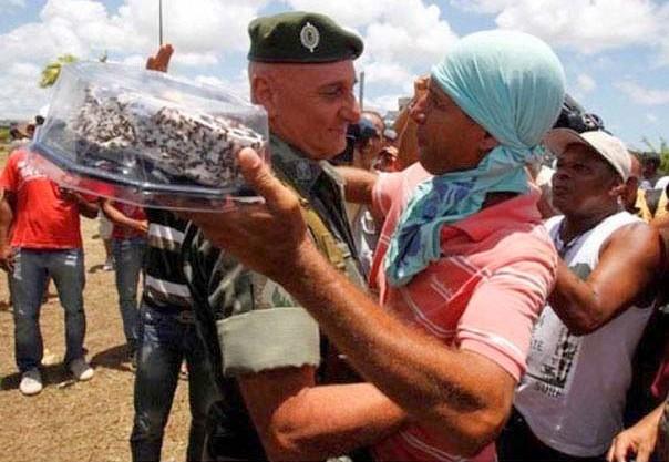 soldad abrazando a un civil y llorando por que le entrego un pastel en su cumpleaños