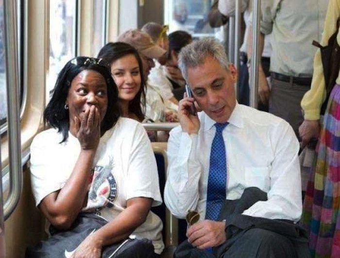 hombre hablando por teléfono mientras una mujer lo observa