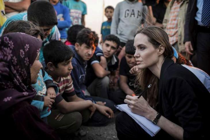 mujer enseñando a escribir a unos niños