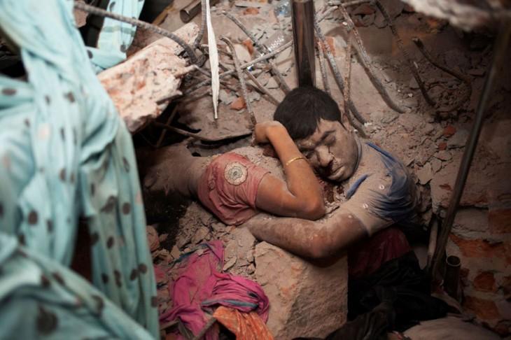 personas encontradas abrazadas bajo los escombros del derrumbe de una fabrica