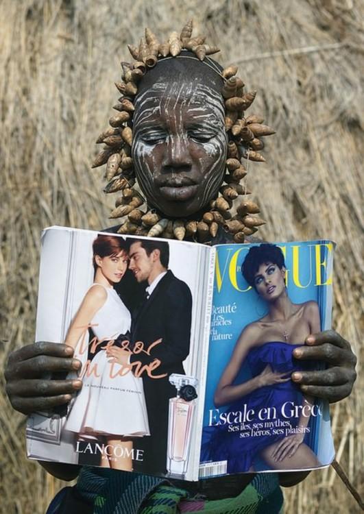mujer de Etiopía leyendo la revista vogue