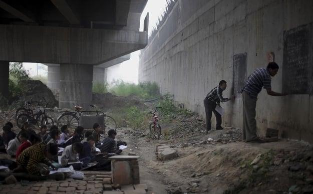 profesores enseñando a unos niños bajo un puente