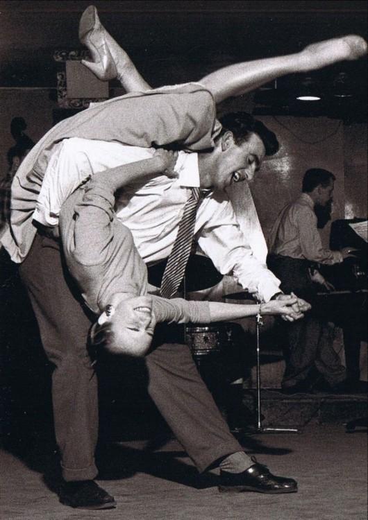 pareja bailando en medio de una pista de baile