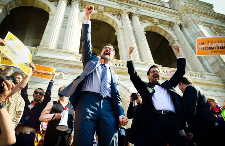 personas levantando los brazos en señal de celebración