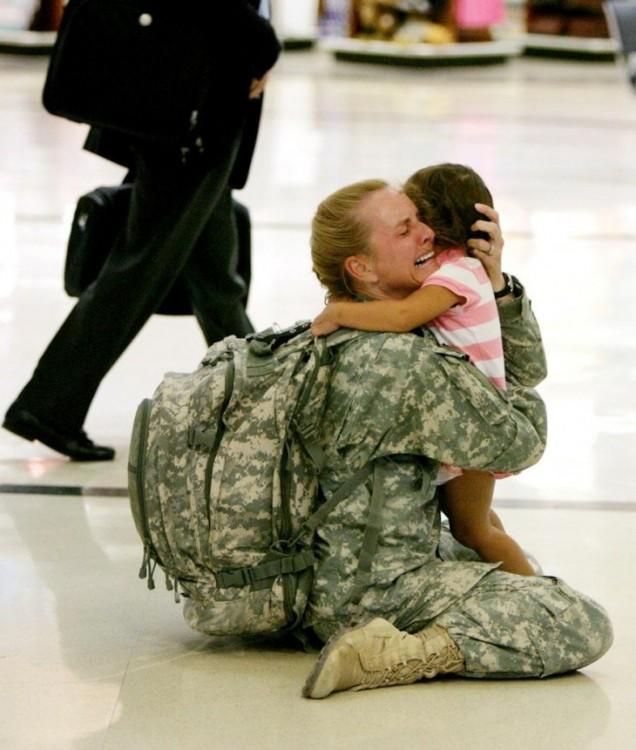 madre soldado abraza a su hija emotivamente en un aeropuerto