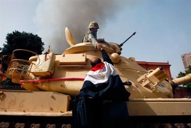 hombre dandole la mano a un soldado en un tanque de guerra