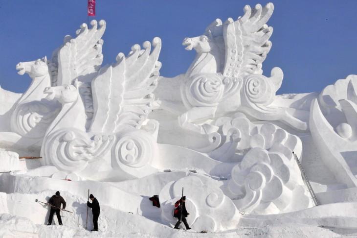 escultura de pegasos hecha con nieve