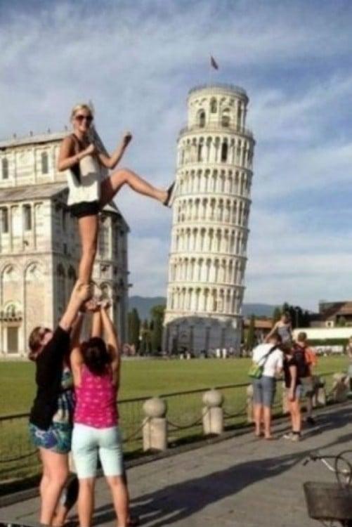 rubia pateando la torre de Pisa