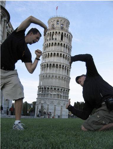 2 muchachos aprietan la torre de Pisa