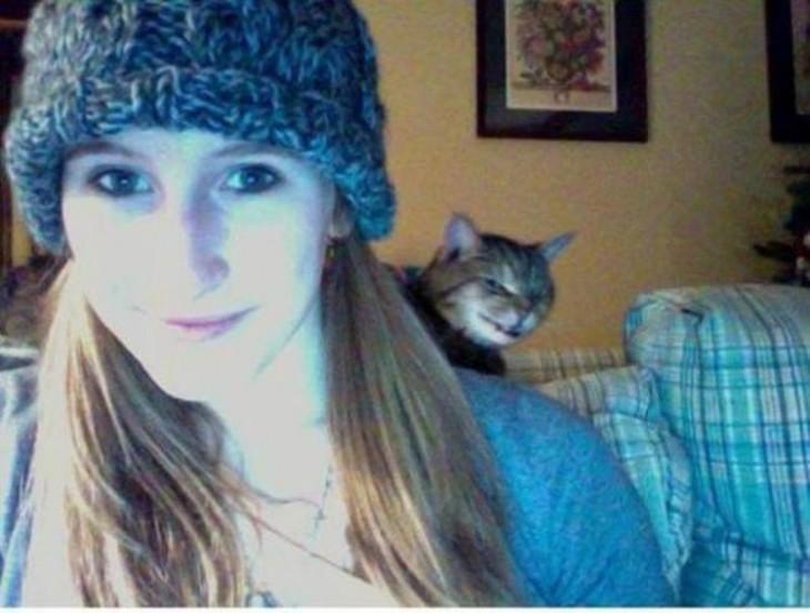 foto de webcam de una chica con un gato