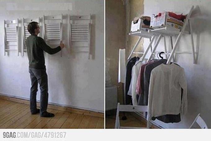 sillas en la pared hacen las veces de un armario