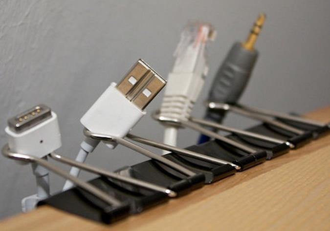 cables usb sostenenidos con sujetapapeles