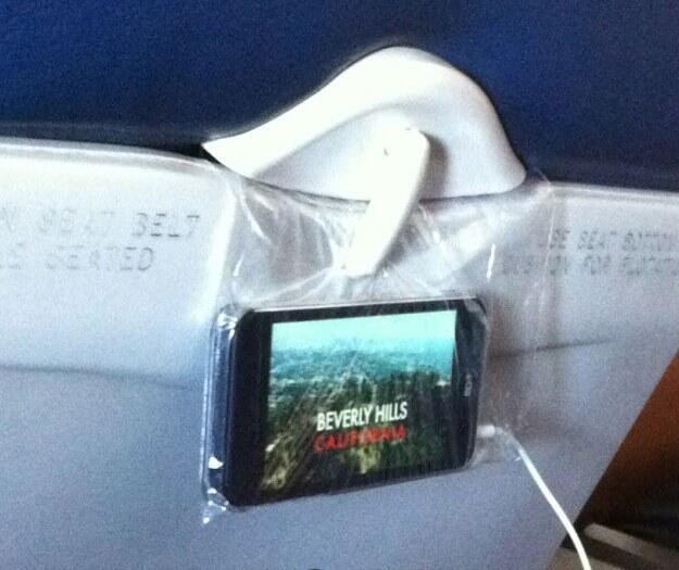 proyectando pelicula desde un telefono en un asiento de bus