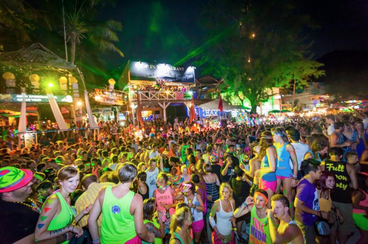 personas en una fiesta en Tailandia