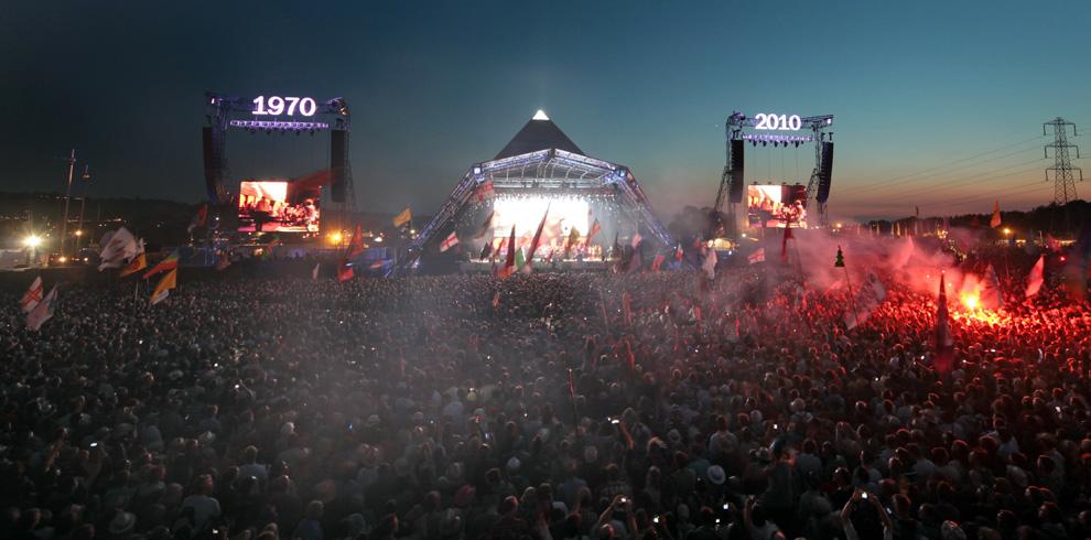 carpa de un festival con personas cantando frente a ella