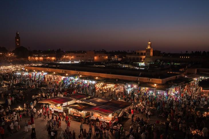 mercado de marruecos lleno de personas en la noche
