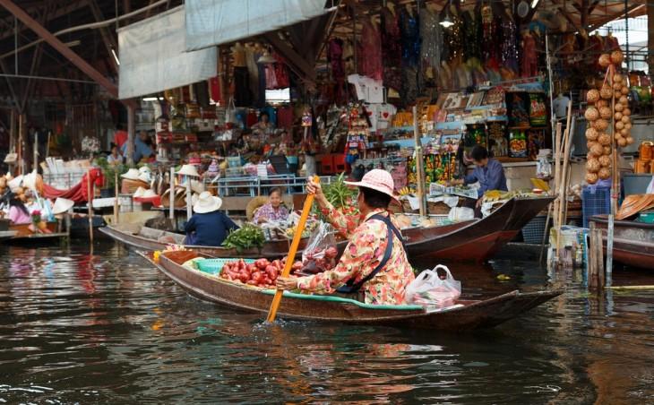 mujer en una barca vendiendo tomates
