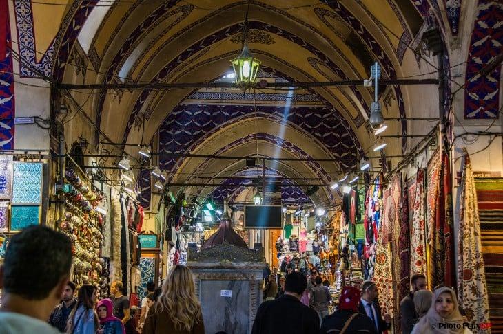 personas en un bazar enorme con distintas tiendas