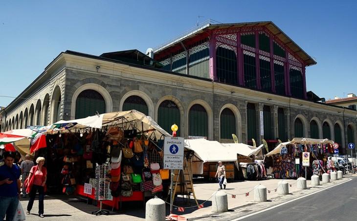 mercado en florencia Italia con personas y puestos en las calles