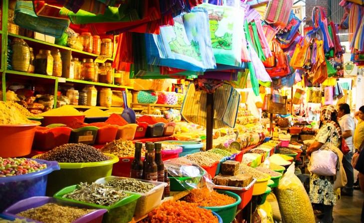 canastas con dulces en un mercado