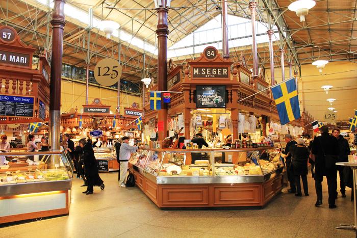 mercado en Estocolmo con tiendas de quesos
