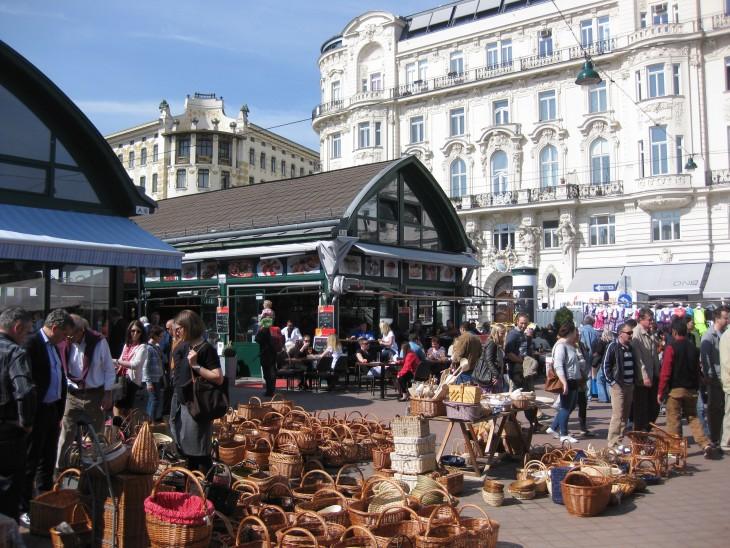 personas comprando recuerdos en un mercado callejero en Viena
