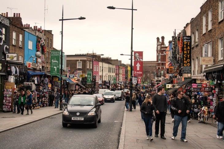 carros y personas en una via de mercado en Inglaterra