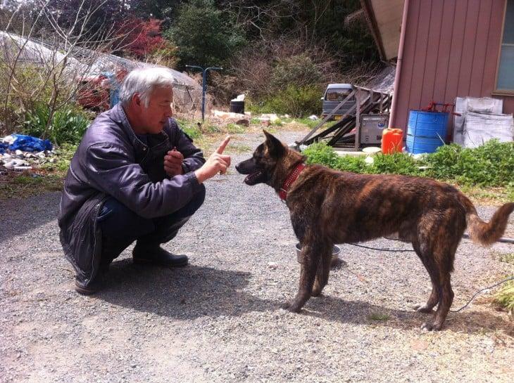 japones con un perro de la calle