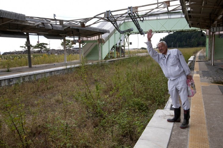 japones en fukushima saludando