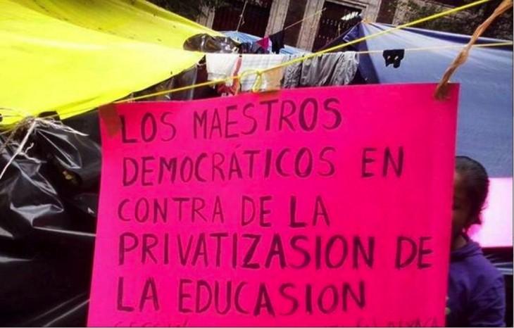 profesores escriben mal un cartel de la protesta