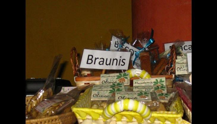 cartel que tiene brownies en la mesa