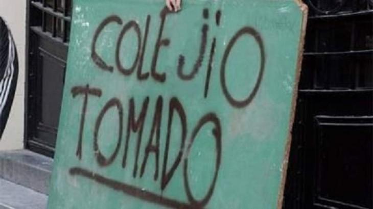 estudiantes con cartel mal escrito