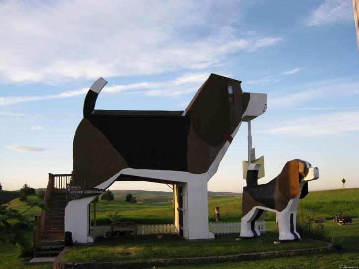 hotel en forma de perro gigante junto a otro más pequeño
