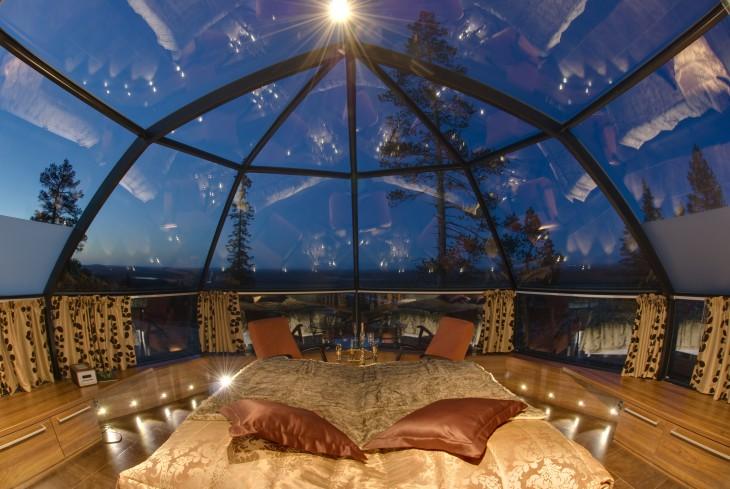 cama que esta bajo un techo de cristal en un hotel de lujo