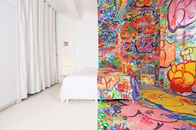 habitación dividida una de color blanco y la otra en distintos colores hecha por un artista en 2012