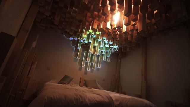 habitación de hotel con un candelabro de colores en el techo