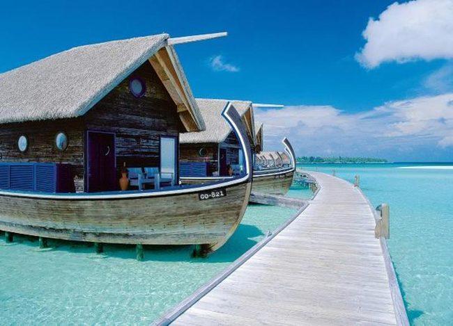 hotel en forma de embarcación que esta sobre el agua