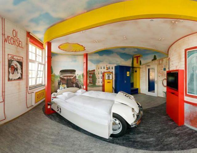 coche en forma de carro blanco con paredes decoradas como si fuera una pista de carreras