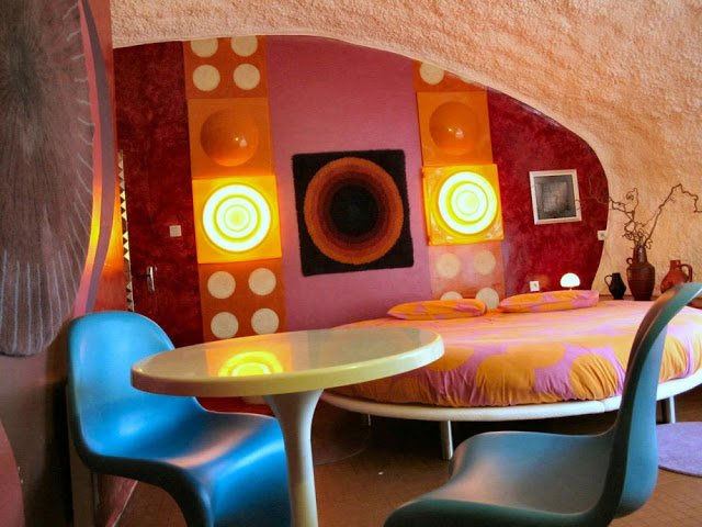 habitación de hotel con decoración de los años 60