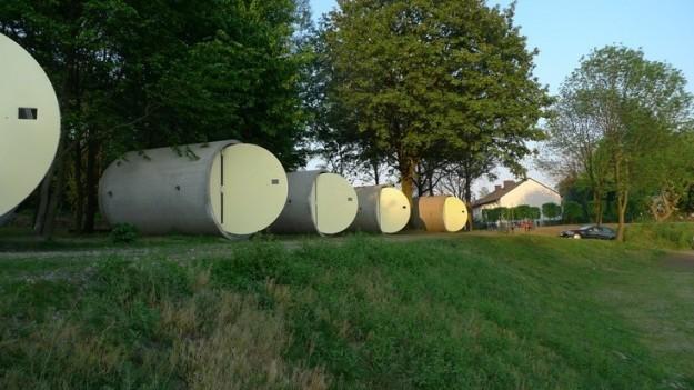 tubos de drenaje con puertas que son un hotel