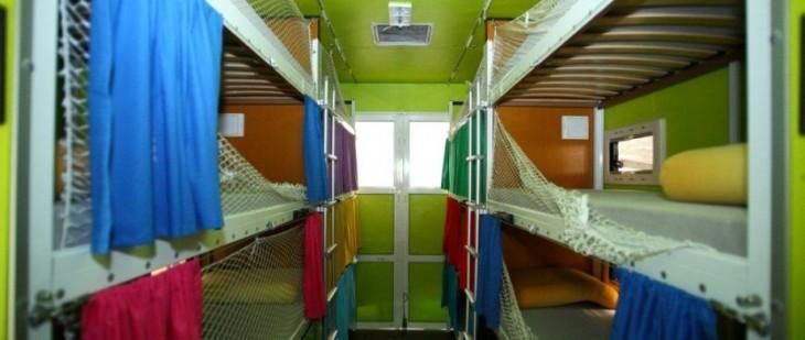 literas de distintos colores adentro de una combi
