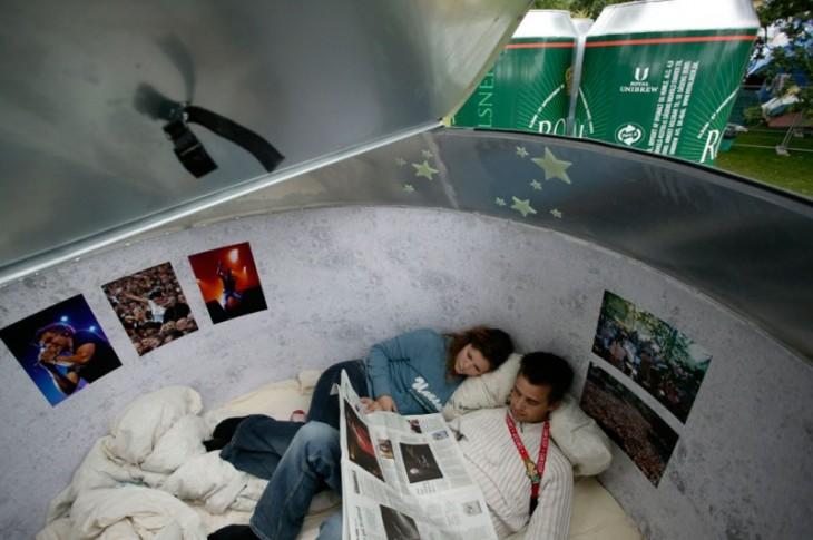 personas durmiendo dentro de una lata de cerveza gigante